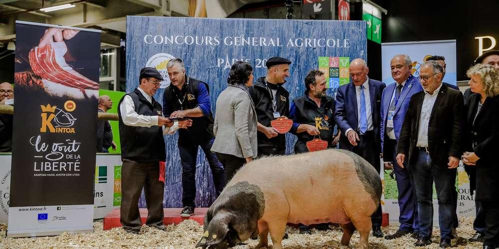 en-fevrier-dernier-a-paris-lors-du-salon-de-l-agriculture-alain-rousset-et-jean-jacques-lasserre-lors-de-la-remise-du-prix-du-porc-kintoa